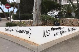 Vecinos de Cala de Bou denuncian una oleada de pintadas con mensajes negacionistas