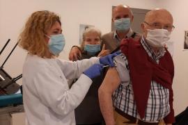 Salud empezará a vacunar a mayores de 80, cuerpos y fuerzas de seguridad y docentes en dos semanas