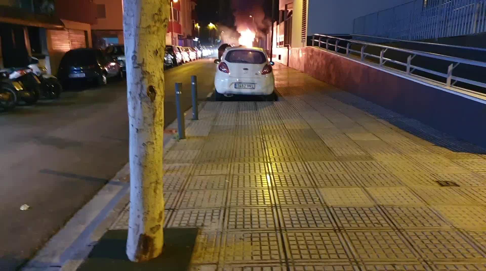 Incendio de contenedores que se estaba produciendo junto al Instituto de sa Colomina