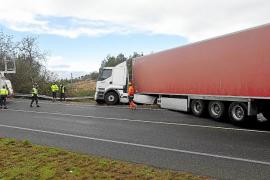 Aparatoso accidente de un tráiler que quedó cruzado en la carretera de Sant Rafel