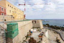 Encuentran restos de muralla púnica y de un aljibe en las obras del Parador