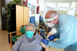 El 27 % del personal de primera línea de Ibiza todavía no se ha vacunado