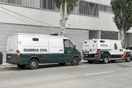 Un policía nacional fuera de servicio atrapa a un hombre vendiendo droga en la vía pública