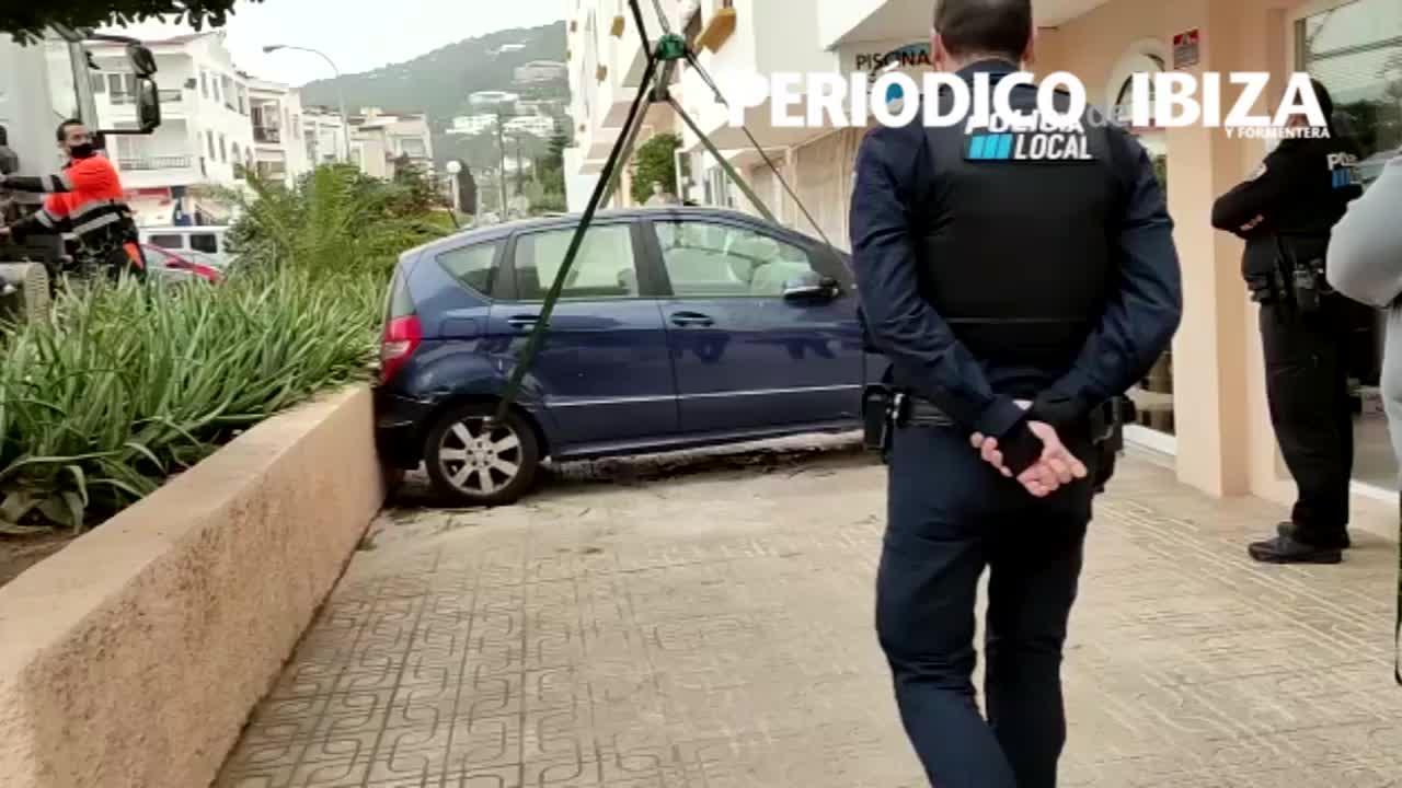 Herida una mujer que se empotró con su coche en un bajo comercial de Jesús