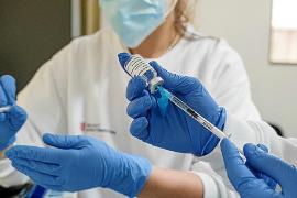 Los sanitarios que estuvieron contagiados no serán vacunados hasta seis meses después de pasar el virus