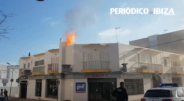 Sobresalto por un aparatoso fuego en un taller del centro de Santa Eulària