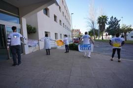 Useiri recibe con pancartas de protesta a Armengol y critica que les den «medallitas»