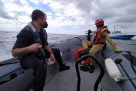 Un patrullero de la Armada auxilia a un pesquero de Ibiza que estaba a la deriva