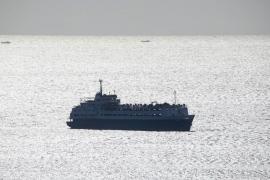 Un barco con 1.700 vacas fondea cerca de Menorca tras 3 meses en el mar