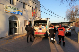 La Policía de Sant Antoni hace entrega de la nueva recogida solidaria a Cáritas