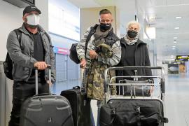 Tímida presencia de turistas en el aeropuerto de Ibiza