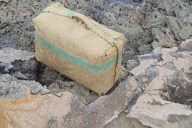 El temporal arroja un fardo de hachís contra las rocas de es Caló