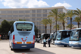 Reuniones a contrarreloj en Baleares para congelar los salarios en transporte y comercio