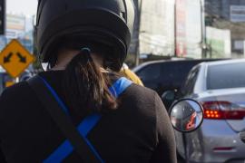 Zigzaguear con la moto entre carriles te puede costar hasta 500 euros de multa