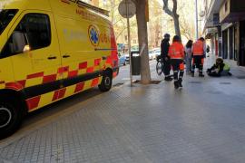 Alarma en la plaza Fortí de Palma al caer desplomada una mujer en plena calle