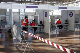 Ibiza retoma la vacunación en el Recinto Ferial, en imágenes.