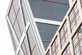 CaixaBank instala su marca en las Torres Kio de Madrid