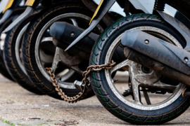 Cómo evitar que me roben la moto: cadena, bloqueo de dirección y alarmas