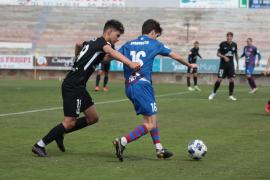 El extremo Ilyas, de la UD Ibiza, presiona a Giaquinto, del Poblense, en un lance del partido de ayer.