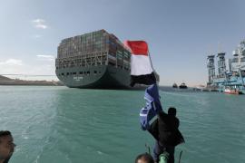 Las autoridades de Egipto esperan despejar en cuatro días el tráfico en el canal de Suez