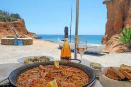 Naturaleza, sol y una buena paella te esperan en la playa de Es Bol Nou