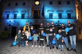 Cort y otros ayuntamientos de la Isla se tiñen de azul por el Día Mundial del Autismo