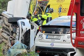 Tres heridos en un violento choque entre dos coches en Sant Miquel