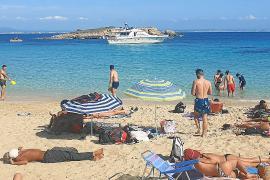 Bañistas denuncian la presencia de un barco cerca de la playa de Cala Comtessa