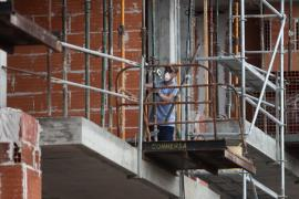 Vila deja en suspenso una vez más el decreto de paralización de obras en verano