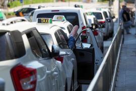 Ayuntamientos y taxistas acuerdan suspender las licencias estacionales