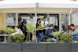 El Consell pide a Palma y Madrid que prioricen la vacunación de los empleados del turismo