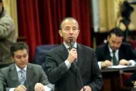 Delgado dice en el Parlament que no piensa en dimitir por sus fotos de caza
