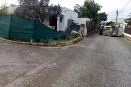 Una furgoneta vuelca y destroza parte de una vivienda en Ibiza