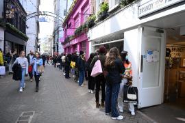 Los ingleses 'asaltan' tiendas, pubs y peluquerías en la reapertura gradual de la economía