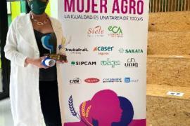 Isabel Vicens con el premio Mujer Agro 2021