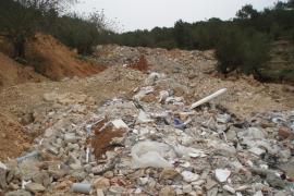 Santa Eulària investiga un gran vertido de escombros en Sant Carles