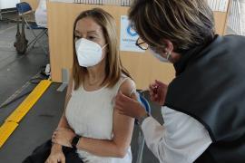 Ana Pastor, tras recibir la AstraZeneca: «vacunarse nos da seguridad a todos»