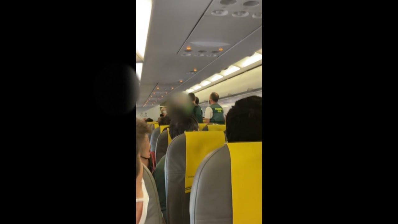 Tensión máxima en un avión de Vueling por el mal uso de las mascarillas