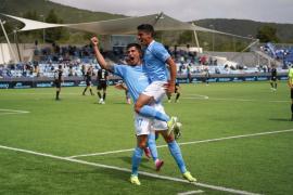 Castel y Davo celebran uno de los goles del partido contra el Andorra.