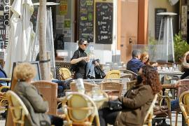 Bares y restaurantes de Mallorca e Ibiza empiezan hoy con el 'turno partido'