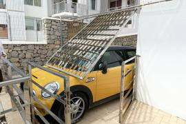 Un coche sin conductor se empotra contra un muro en Sant Antoni