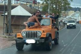 Los siete turistas que circulaban de forma temeraria por Ibiza se tatúan la imagen viral