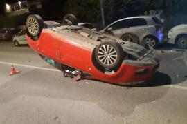 Aparatoso vuelco en Ibiza tras golpear contra tres coches aparcados en la calle
