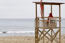 La bandera roja volvió ayer a ondear en la playa de Can Pere Antoni, cerrada al baño.