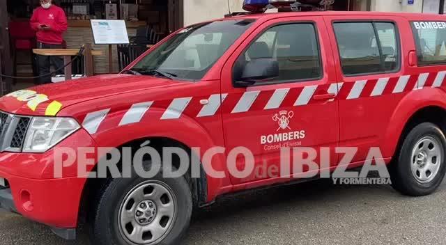 Rescatan a una joven que dormía en el interior de una casa en llamas en Ibiza