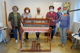 Herederas de la forma de tejer 'gonelles' al modo tradicional de Ibiza