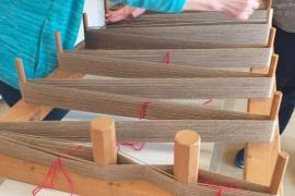 El taller para tejer 'gonellers', en imágenes. (Fotos: Marcelo Sastre).