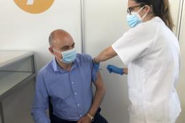 El presidente del Consell de Ibiza recibe la primera dosis de la vacuna contra la Covid-19