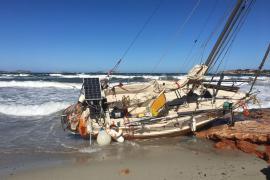 Embarcación varada en la playa de Caló des Moro debido al temporal