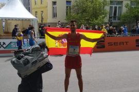 Marc Tur, con la bandera española tras proclamarse campeón de Europa.